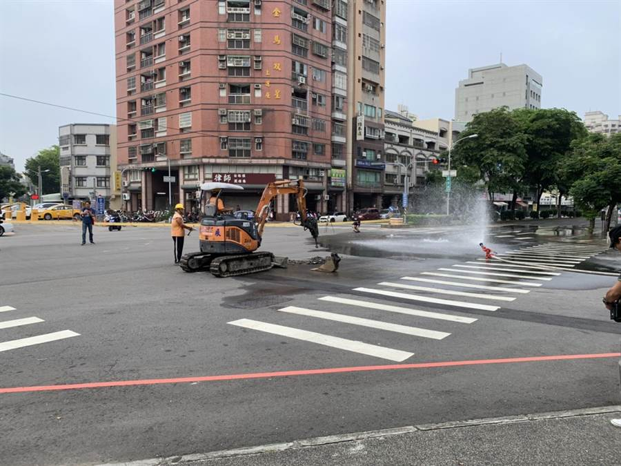 自來水管線破裂,路面不斷滲水。(張妍溱翻攝)