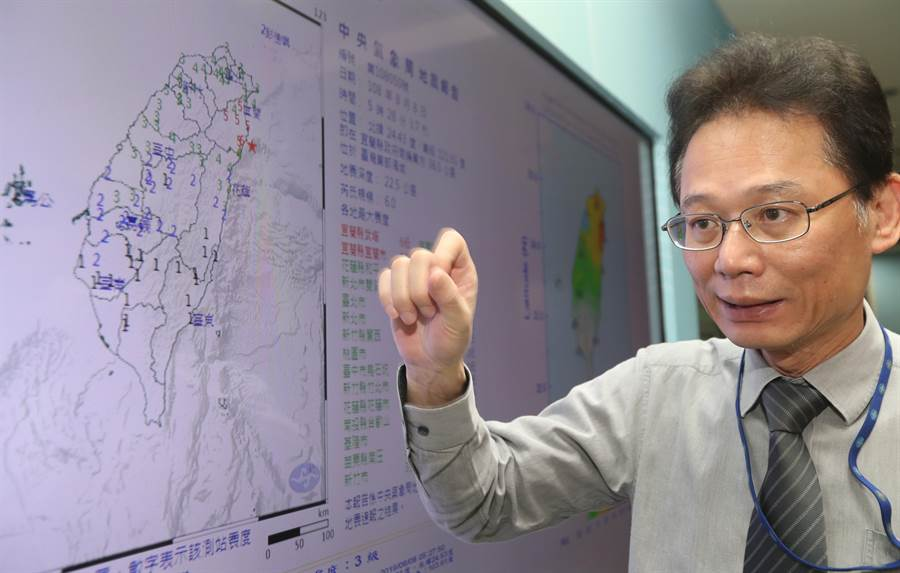 中央氣象局發布地震報告,8日上午5時28分,發生芮氏規模6.0有感地  震,震央在台灣東部海域深22公里,全台有感。地震測報中心主任陳國昌(見圖)表示,此次地震主因為南  宜蘭破碎帶引起,過去這個地區就經常發生規模超過6的地震,若此次為前震,不排除後續還有超過規模6.0  地震,地震測報中心會在一周內密切監測。(劉宗龍攝)