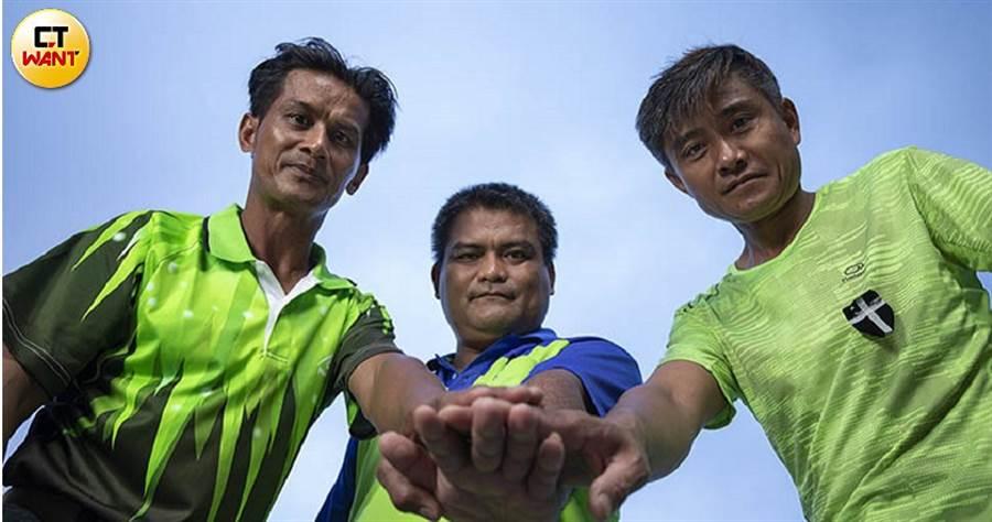 「佳暮四英雄」(左起徐仁輝、柯信雄、賴孟傳)除了徐仁明還在當兵外,都回到部落,幫助提升佳暮村民的生活。