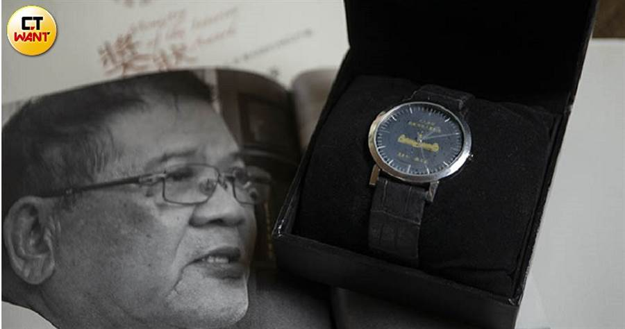 甲仙老鄉長劉建芳成為在八八風災中唯一遭彈劾的公務員,卻又兩度收到政府發的「救災英雄」獎狀與紀念錶。