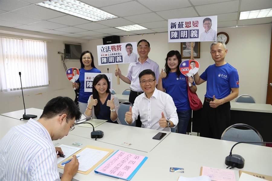 國民黨推出連任3屆市議員的陳明義,主打「新莊思變」口號。(吳亮賢翻攝)