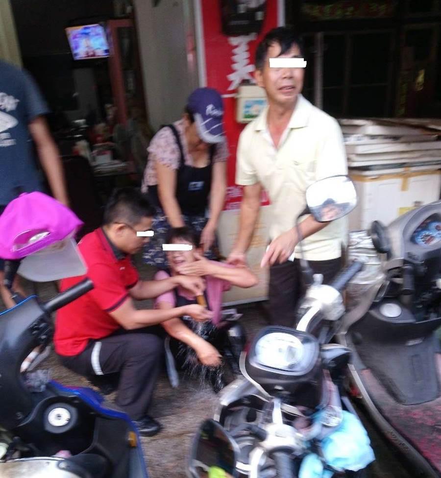 嘉義市一家早餐店員工疑因罐裝瓦斯外洩點燃而遭波及燒燙傷。(廖素慧翻攝)