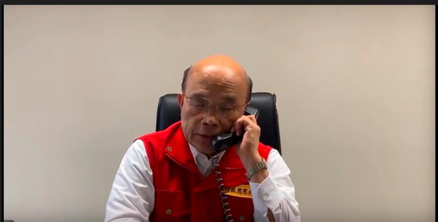 蘇揆清晨在中央災害應變中心向蔡總統回報災情。(政院影片擷圖)