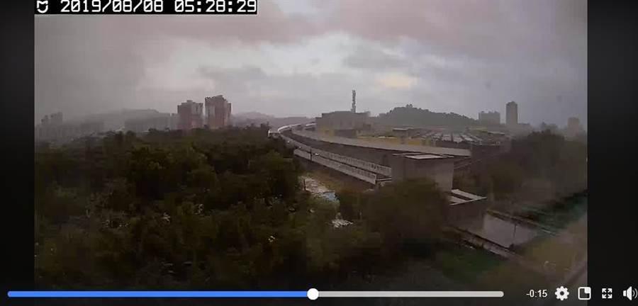 原本拿來拍利奇馬風雨狀況的攝影機意外捕捉到地震當下上下劇烈搖晃的畫面。(取自臉書《台灣颱風論壇|天氣特急》)