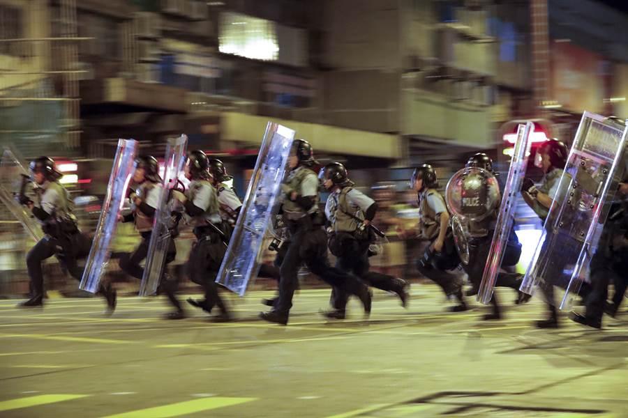 美國務院7日在官網宣布,由於由於香港出現內亂(civil unrest),對香港旅遊警示級別由四級中的第一級提升至第二級,呼籲美國公民在香港境內活動時需要更加謹慎。圖為香港鎮暴警察。(美聯社)