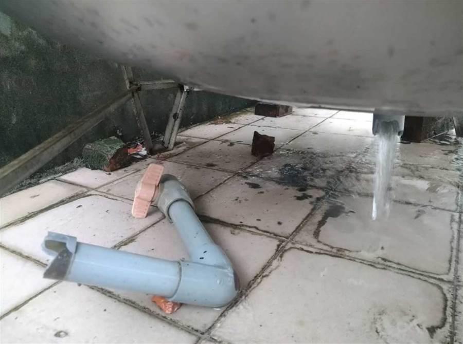 民眾家中水塔被震壞,水快流光。(圖/翻攝自臉書「我是中和人」)