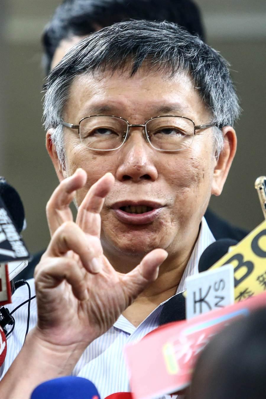 台北市長柯文哲成立台灣民眾黨,且允許黨員擁有雙重黨籍、不需講黨費。對此,民進黨主席卓榮泰說,既然開放雙重黨籍,歡迎柯文哲加入民進黨。不過,對於卓榮泰的「邀請」,柯文哲8日受訪時也不甘示弱反酸說,這就是卓榮泰沒有讀民進黨章。(鄧博仁攝)
