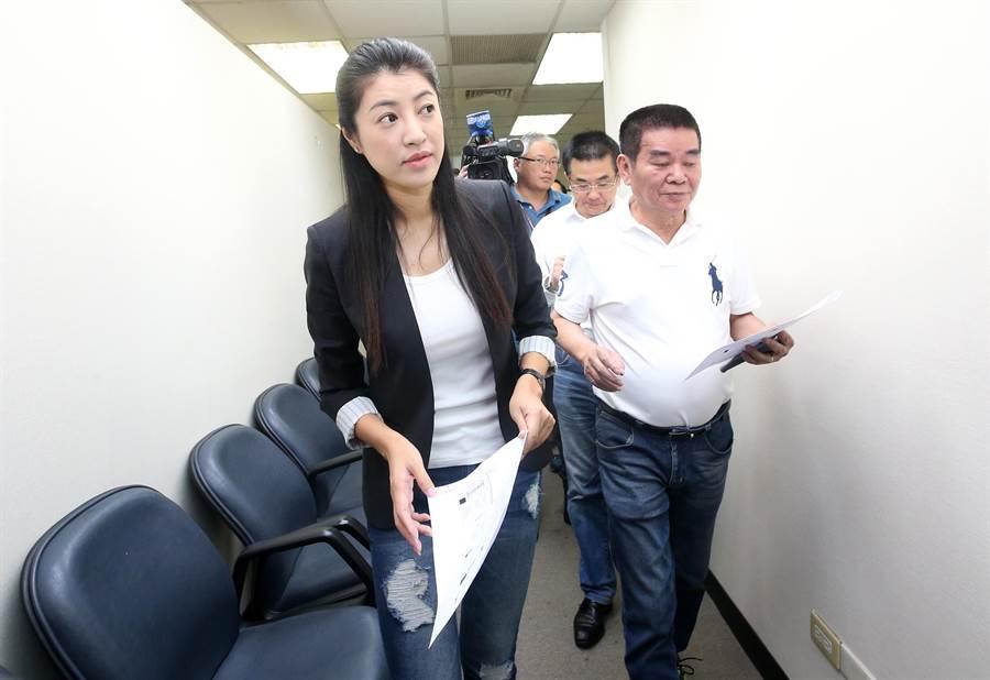 韓國瑜北部競選辦公室副執行長許淑華(左)8日前往中央黨部,會勘未來的辦公室設施。(范揚光攝)