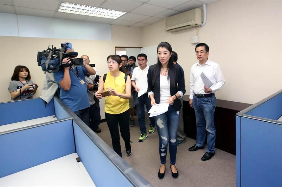 許淑華(左二)表示,未來北辦將以媒體連繫為主要業務,韓國瑜市長來使用的機會應該不多。(范揚光攝)