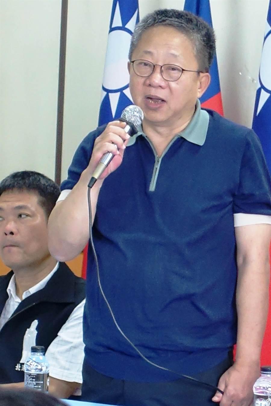 雲林縣議會議長沈宗隆8日在國民黨雲林縣黨部立委提名記者會爆蘇治芬很恐怖,要張嘉郡好好應戰。(周麗蘭攝)
