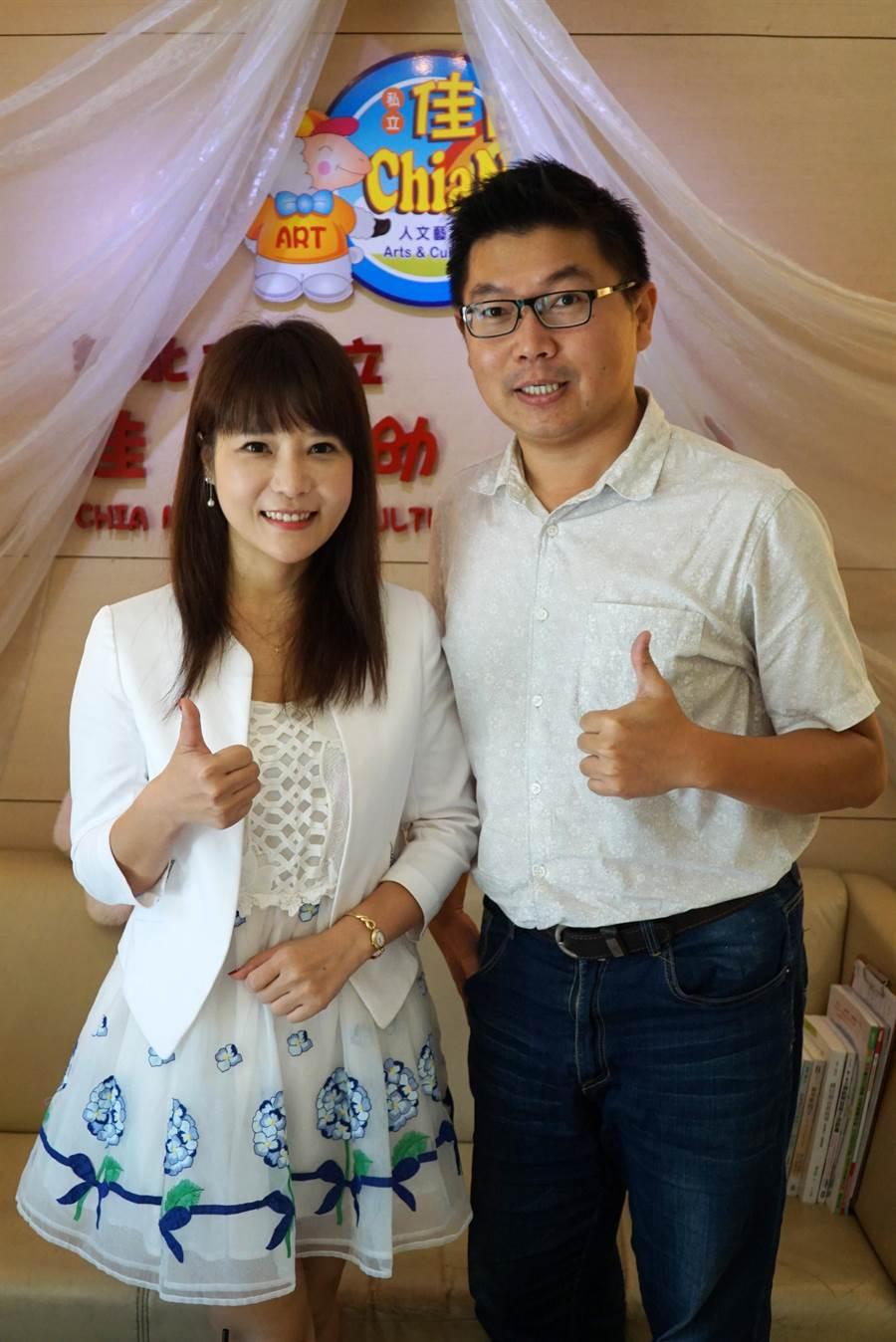 大葉大學校友中心主任楊文慶(右)恭賀連續兩年榮獲幼鐸獎的校友陳雅薇。(謝瓊雲翻攝)