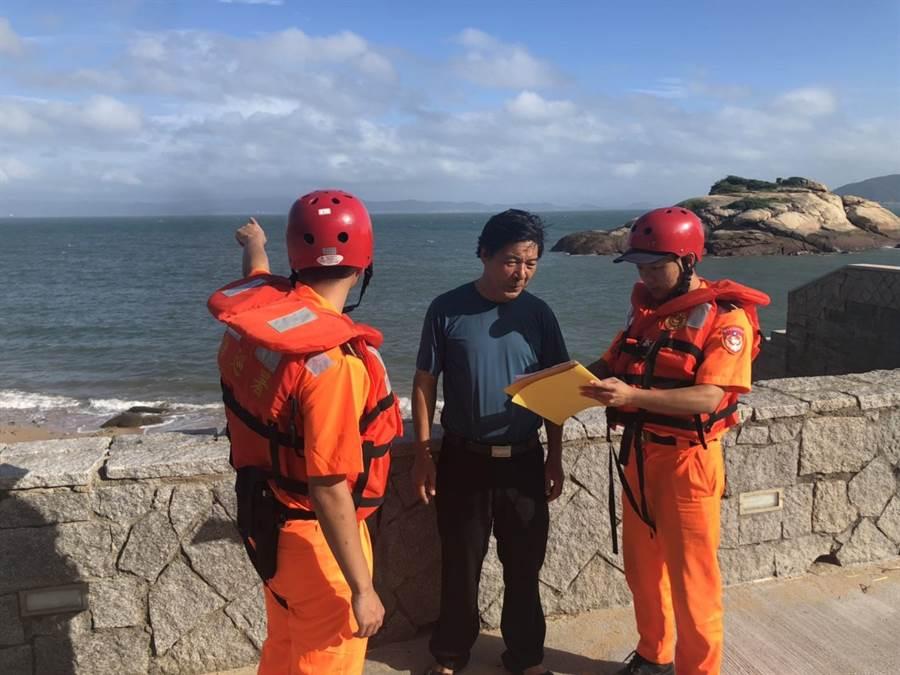 海巡署金馬澎分署向海上船隻、岸際逗留民眾宣導防颱資訊,並實施柔性勸導,提醒注意自身安全。(葉書宏翻攝)