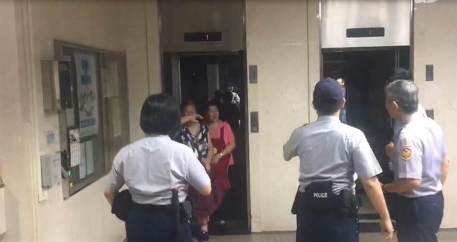 北院2名清潔人員受困電梯。(張孝義攝)