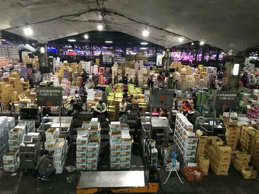 8日上午中央氣象局發布強颱利奇馬陸上警報,由於各地開始搶收,台北市市場處表示,第一、第二果菜批發市場到貨量增加,平均價格下跌。(台北市市場處提供)