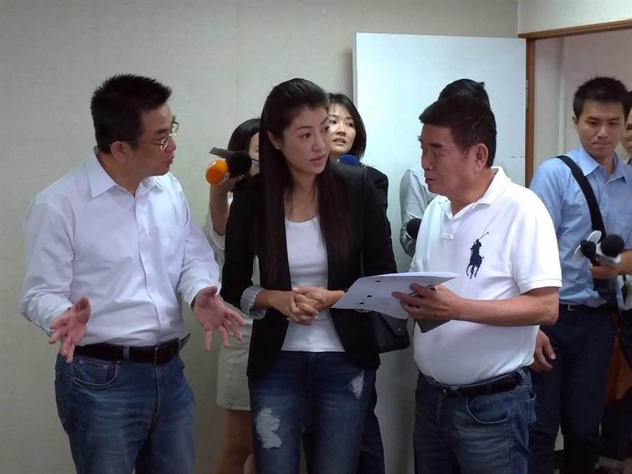 許淑華(中)、鄭世維(左)及姚江臨等人,首度場勘要作為韓北部選辦的中央黨部11樓。照片:黃福其/攝影