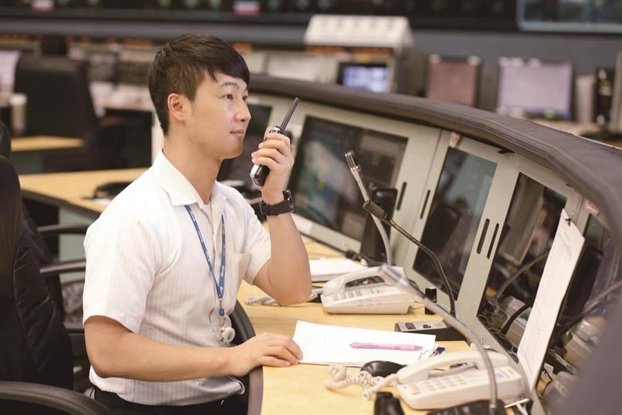 近日地震發生頻繁,台北捷運訂有防震SOP,若在搭乘捷運遇到地震,請不要驚慌並聽從車站人員引導應變。(北捷提供)
