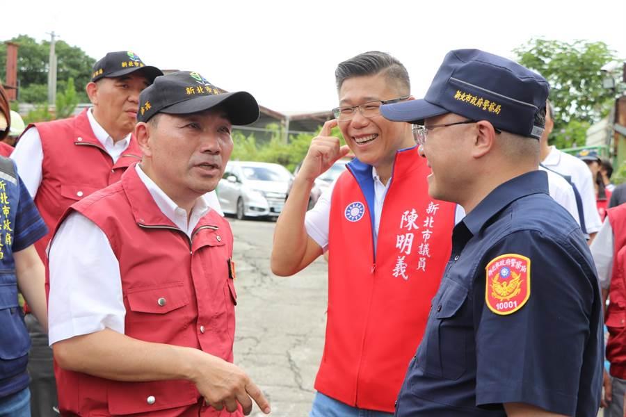 侯友宜現場指示蘆洲警分局長李忠萍,面對非法行為一定要強力執法。(吳亮賢攝)