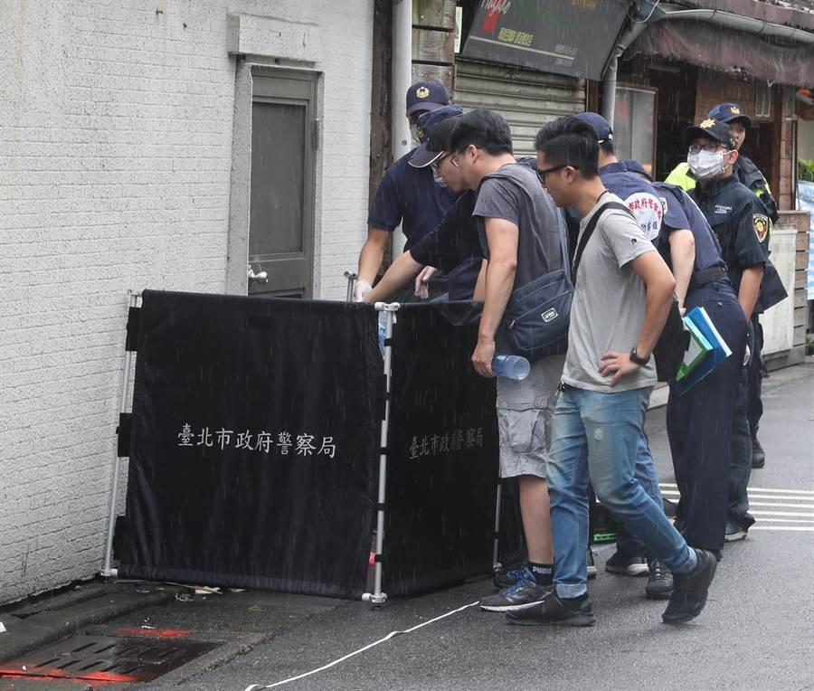 一名婦人8日上午7時許在台北市仁愛路四段8巷發現一個小型的新北市環保垃圾袋被棄置路邊,打開一看發現袋內竟是一具嬰兒屍體,婦人馬上向仁愛醫院警衛反映,警衛立即向警方報案。轄區警方趕抵現場後發現剛出生的嬰兒已明顯死亡,警員馬上封鎖現場,通報鑑識中心人員到場採證,並且調閱相關監視器,釐清案情。(劉宗龍攝)