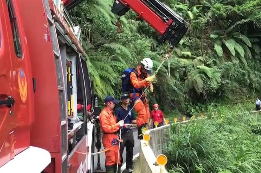 縣消防局派出專業搜救人員垂降下山搜救。(嘉縣消防局提供)