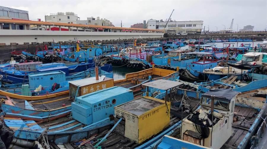 竹圍漁港停滿漁船躲颱風。(呂筱蟬攝)