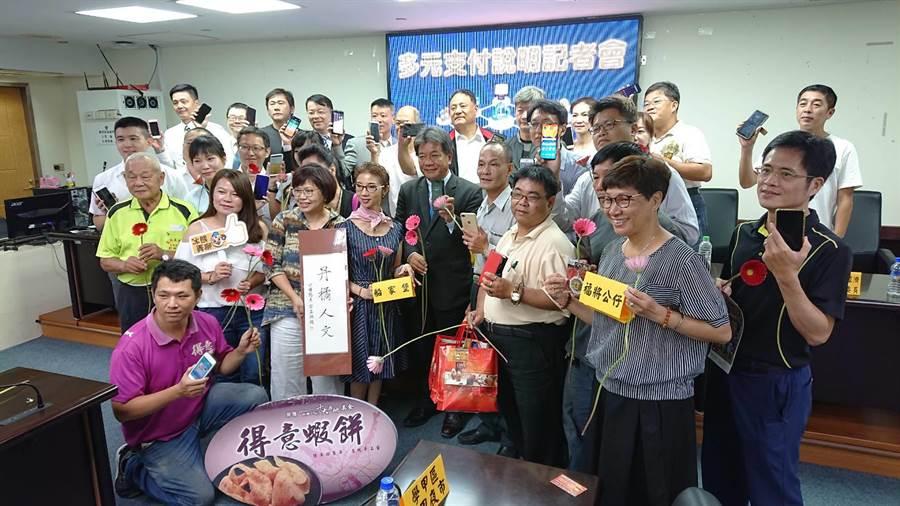 台南市議長郭信良(黑西裝者)找業者與官員面對面,討論行動支付普及化。(程炳璋攝)