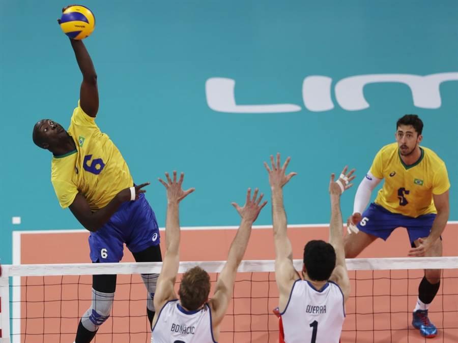 巴西男排隊Aboubacar Drame(左)躍起殺球。(美聯社資料照)
