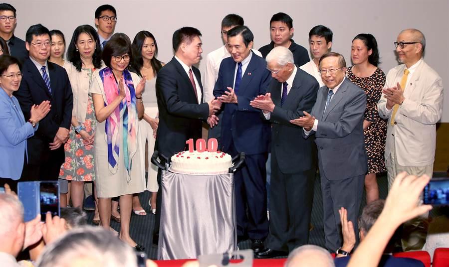 適逢郝柏村百歲華誕,受邀出席的前總統馬英九(中右)等來賓陪同郝龍斌(中左)等家族成員在百歲蛋糕前一同為郝柏村祝壽也慶祝新書發表。(鄭任南攝)