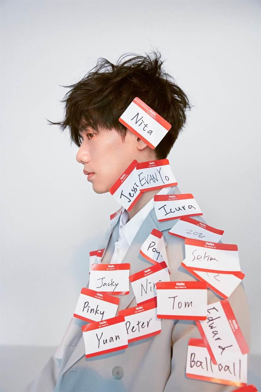 蔡旻佑將推出新專輯《變心記》,此次他跳脫樂譜限制、即興演奏小提琴,演唱的語氣要多痞就有多痞,激發出內心暗黑因子,讓蔡旻佑大呼「玩得好過癮」。(何樂音樂提供)