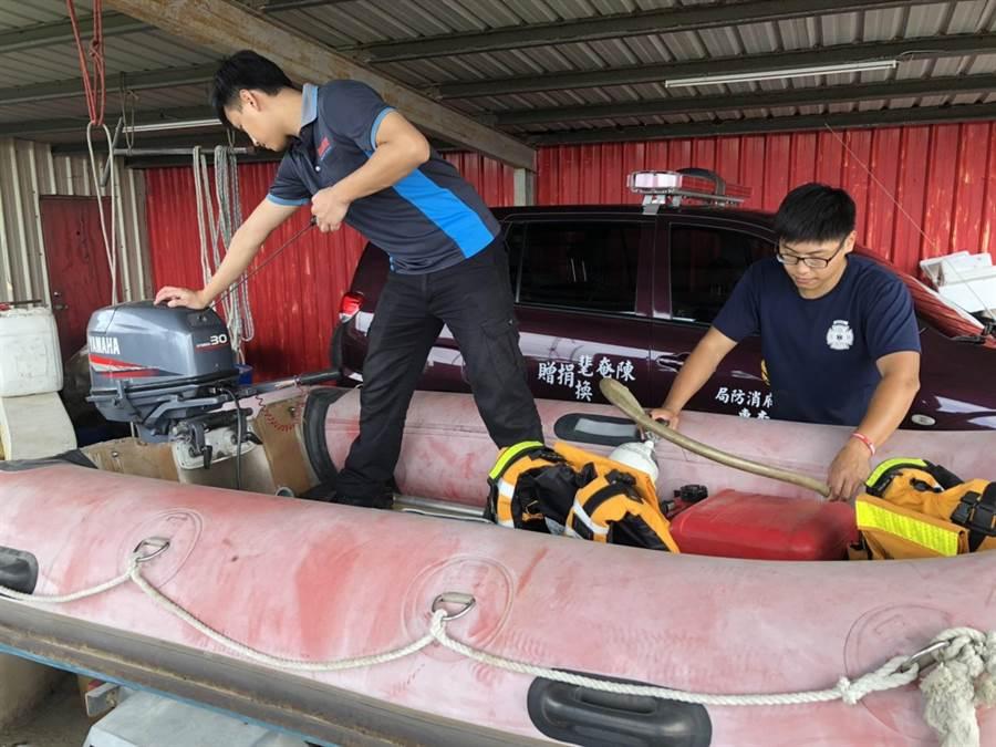 苗栗縣政府針對利奇馬颱風舉行第一次整備會議,消防局後龍分隊隊員正在備橡膠筏等救災器械。〔謝明俊攝〕