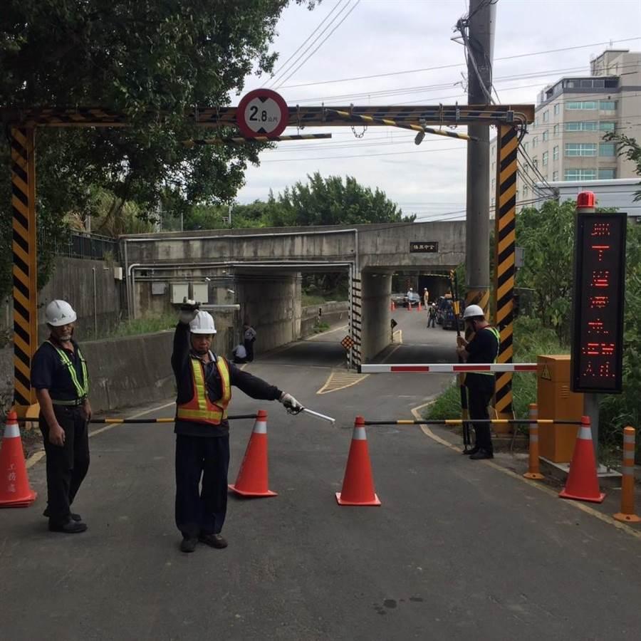 新竹市政府工作人員今天已先針對車行地下道自動柵欄機完成檢視。(陳育賢翻攝)