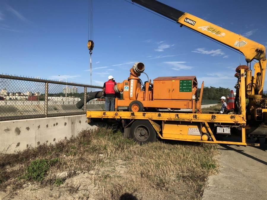 新竹市消防局今天在滯洪池預布大型抽水機。(陳育賢翻攝)