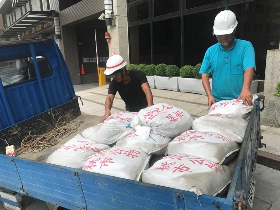 市府水務局準備砂包防颱。(甘嘉雯翻攝)