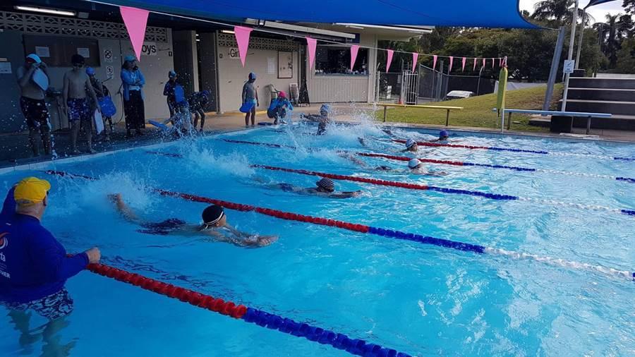 頭家國小游泳隊成員與Tewantin State School進行友誼交流賽。(校方提供)