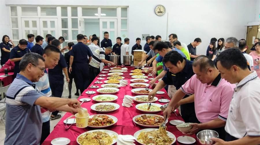 慶祝父親節,大園警分局吃Buffet。(呂筱蟬攝)