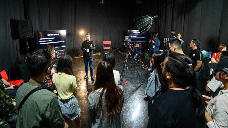 專業講師於YouTube創作者製片實務工作坊分享影片拍攝構圖技巧。(圖/Google提供)