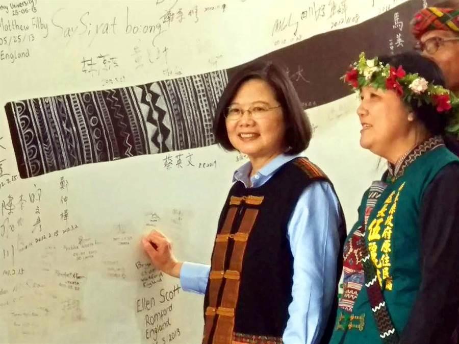 蔡英文總統8日上午到屏東縣泰武鄉吾拉魯滋部落視察八八風災重建情形,並在泰武國小牆壁簽名。(潘建志攝)