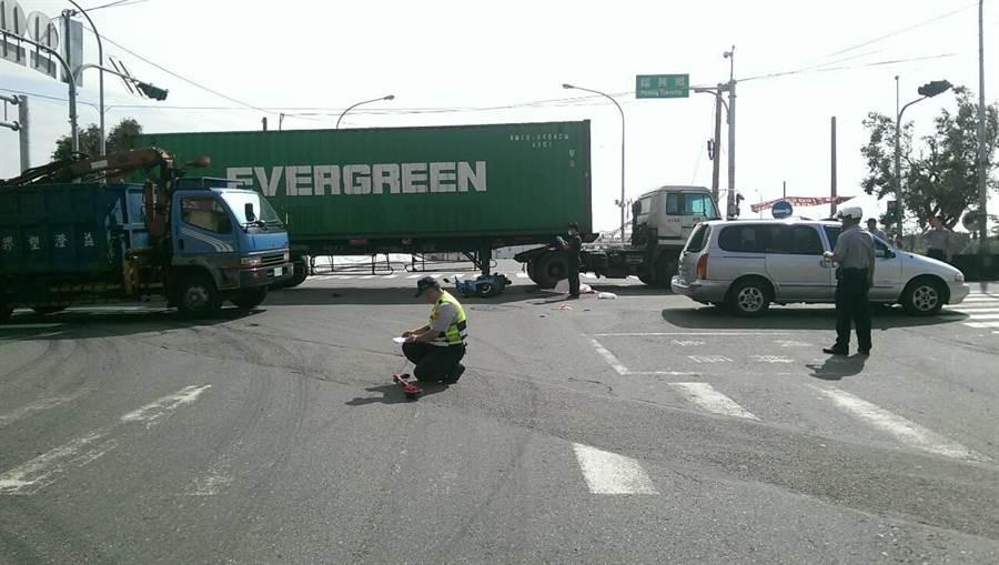 機車與聯結車碰撞後倒地,女騎士命喪聯結車輪下。(謝瓊雲翻攝)