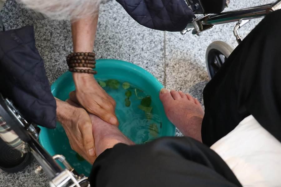 「浴足」加入台中慈濟護理之家住民在中庭種植的薄荷與迷迭香,更添清新。(王文吉攝)