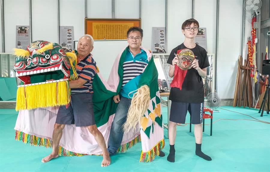 鄭保寧、鄭香浩及鄭絜禎(左至右)祖孫三代同武客家獅。(羅浚濱攝)