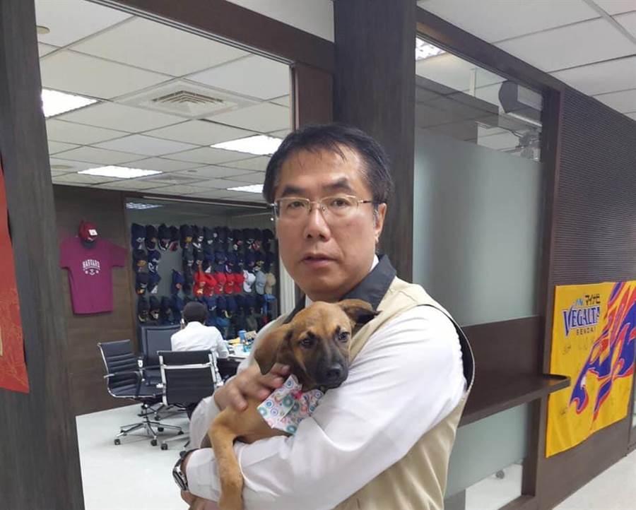 黃偉哲抱著認養的狗女兒妮妮。(曹婷婷翻攝)