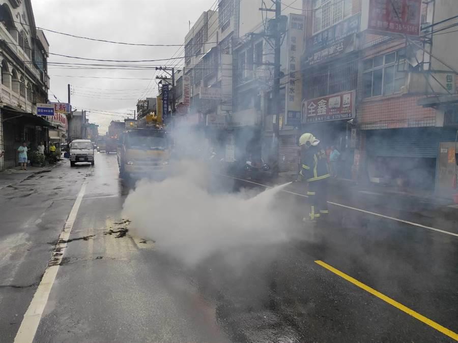 桃園市八德區廣福路1條高壓電線被閃電擊落,消防隊員急撲滅火勢。(賴佑維翻攝)