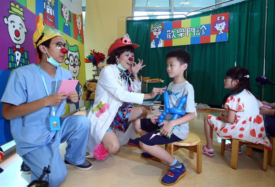 台大兒童醫院、信義公益基金會、紅鼻子關懷小丑協會聯手啟動「歡樂門診」,藉由活潑逗趣的小丑醫生,讓孩子找到重新面對病痛的力量。(陳信翰攝)