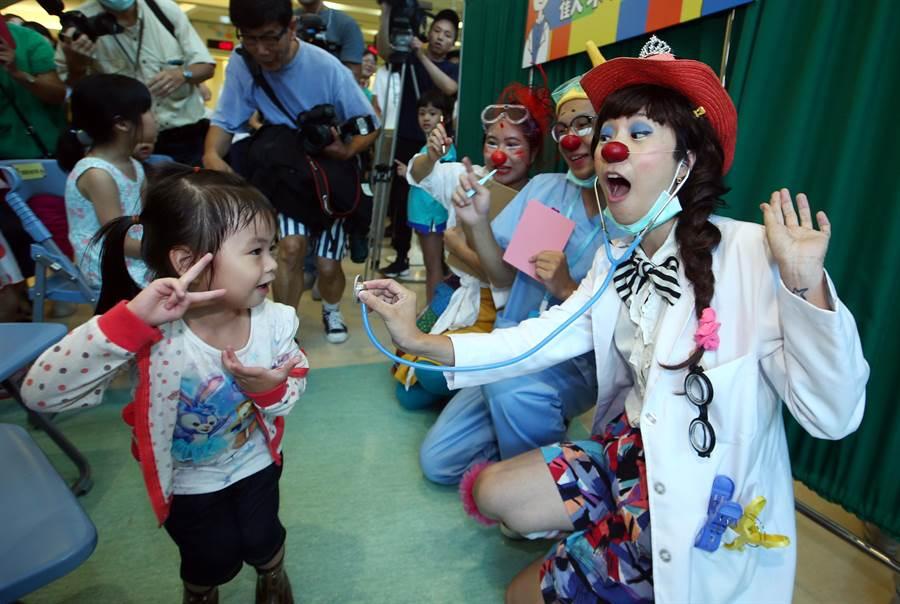 紅鼻子醫生與小朋友開心互動。(陳信翰攝)