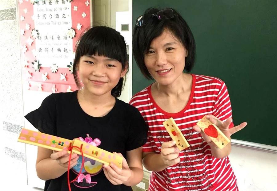 台語老師簡嘉琳(右)配合竹板教學實作的竹板,讓學生增加學習樂趣。(楊樹煌攝)