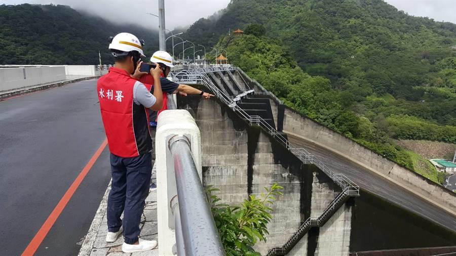 北區水資源局在石門水庫進行溢洪道檢查。(邱立雅翻攝)
