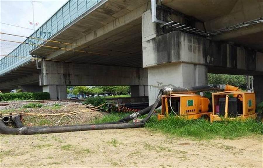 嘉義市紅瓦厝配置移動式抽水機備戰利奇馬強颱。(廖素慧攝)