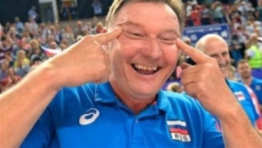 俄羅斯女排在東京奧運資格賽逆轉擊敗韓國,沒想到俄隊教練卻扮起鬼臉,被韓國排協認為有種族歧視的意圖而告上了國際排總。(翻拍網路)
