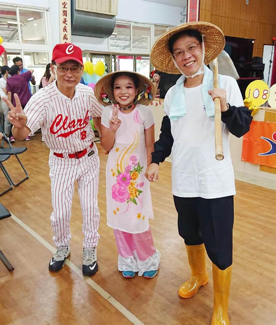 台中市政府社會局長李允傑穿上農夫裝出席同樂,歡度父親節讓長輩們樂開懷。(陳世宗翻攝)