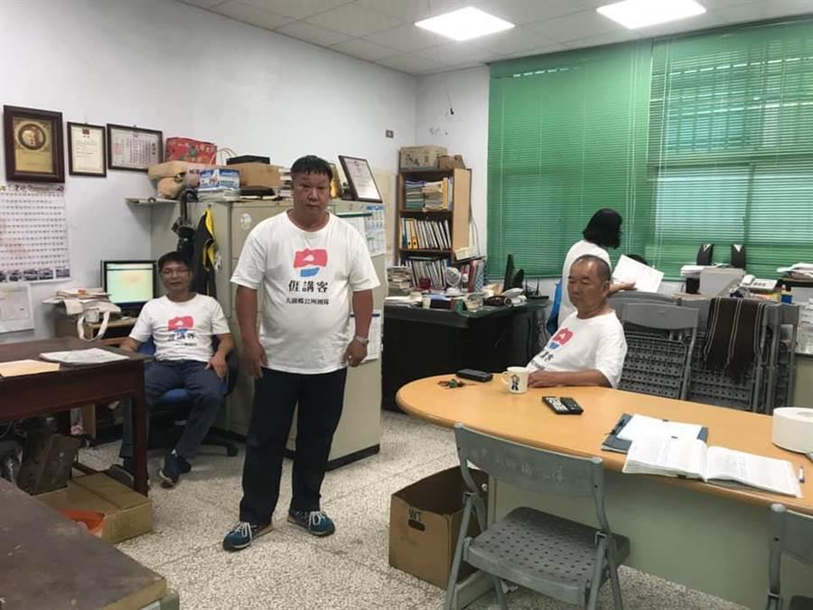 營造客語辦公環境,每周一大湖鄉公所全體同仁需換穿客家制服。(巫靜婷翻攝)