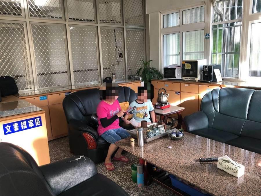 8歲童走失體力不支,警方自掏腰包買蔥油餅讓他解飢,再由家長接回。(巫靜婷翻攝)